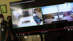 Layar monitor menampilkan dua terdakwa penyiraman air keras terhadap penyidik KPK Novel Baswedan, Rahmat Kadir Mahulette (kanan) dan Rony Bugis yang mengikuti sidang pembacaan putusan secara teleconference di Pengadilan Negeri Jakarta Utara, Kamis (16/7/2020). (Liputan6.com/Helmi Fithriansyah)