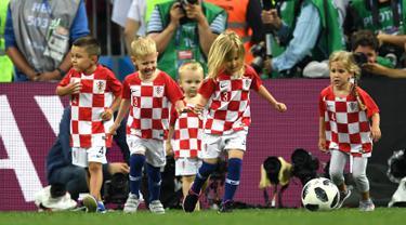Anak-anak pemain Kroasia bermain bola di akhir laga semifinal Piala Dunia 2018 antara Kroasia dan Inggris di Stadion Luzhniki, Moskow, Rusia, Rabu (11/7). Kroasia lolos ke final usai menundukkan Inggris. (Kirill KUDRYAVTSEV/AFP)
