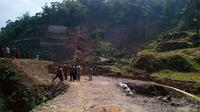 Pergeseran tanah menyebabkan longsor di Kampung Kampung Muara, Desa Cibunian, Kecamatan Pamijahan, Kabupaten Bogor, Jabar pada 22 November. (Achmad Sudarno/Liputan6.com)
