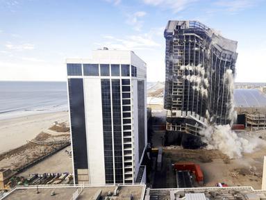 Trump Plaza Hotel and Casino diledakkan, Atlantic City, New Jersey, Amerika Serikat, Rabu (17/2/2021). Penghancuran dilakukan menggunakan menggunakan tiga ribu batang dinamit. (Edward Lea/The Press of Atlantic City via AP)