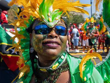 Seorang peserta mengenakan kostum saat berpartisipasi dalam Parade West Indian Day di distrik Brooklyn, New York, Senin (3/9). Komunitas Karibia di New York telah mengadakan perayaan tahunan Karnaval sejak tahun 1920. (AP Photo/Craig Ruttle)