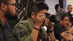 Gay musisi Baim saat mengambil gambar di Fashion Nation 2018 di Senayan City, Jakarta, Rabu (18/4/). Baim menghadiri Fashion Nation 2018 untuk memotret istrinya, Artika Sari Devi saat fashion show. (Liputan6.com/Herman Zakharia)