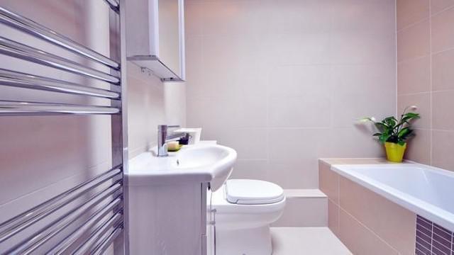 Kamar mandi merupakan salah satu ruangan yang rentan berbau tak sedap. Maka sangat penting untuk menghilangkan bau kamar mandi secara rutin terutama menjelang momen lebaran.