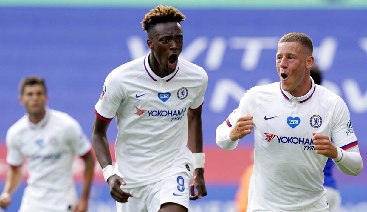 Gelandang Chelsea, Ross Barkley, melakukan selebrasi usai mencetak gol ke gawang Leicester City pada laga Piala FA di Stadion King Power, Minggu (28/6/2020). Chelsea menang 1-0 atas Leicester City. (AP/Tim Keeton)