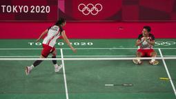 Pasangan Indonesia, Greysia Polii (kiri) dan Apriyani Rahayu merayakan kemenangan setelah melawan pasangan China Chen Qing Chen dan Jia Yi Fan dalam pertandingan medali emas ganda putri pada Olimpiade Musim Panas 2020, Senin, 2 Agustus 2021, di Tokyo, Jepang. (AP Photo/Markus Schreiber)