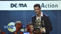 Cristiano Ronaldo saat menerima penghargaan pemain terbaik di Milan (AFP)