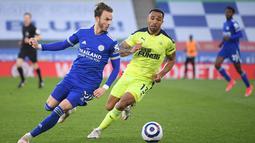 Gelandang Leicester City,  James Maddison membawa bola dari kawalan striker Newcastle United, Callum Wilson pada pertandingan Liga Inggris di Stadion King Power, Inggris, Sabtu (8/5/2021). Bagi Leicester, kekelahan ini dapat menggesernya dari posisi ketiga klasemen. (AFP/Pool/Michael Regan)