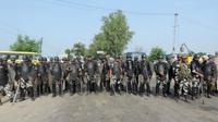 Polisi India berjaga-jaga di area basis pendukung guru spiritual Gurmeet Ram Rahim Singh (AFP)