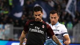 Bek Lazio, Stefan Radu berusaha merebut bola yang dibawa gelandang AC Milan, Suso selama pertandingan Liga Serie A Italia di stadion Olimpiade Roma (25/11). AC Milan dan Lazio bermain imbang 1-1. (AP Photo/Gregorio Borgia)