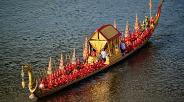 Kapal yang membawa Raja Thailand Maha Vajiralongkorn terlihat saat prosesi Royal Barge di Sungai Chao Phraya, Bangkok, Kamis (12/12/2019). Acara ini merupakan prosesi akhir penobatan Raja Thailand Maha Vajiralongkorn. (Handout/Thai Royal Household Bureau/AFP)