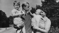 File foto Agustus 1951 ini, Ratu Inggris Elizabeth II berdiri bersama suaminya Pangeran Philip dan anak-anak mereka, Pangeran Charles dan Putri Anne di Clarence House, kediaman pasangan kerajaan di London. Pangeran Philip meninggal dunia di usia ke-99 pada 9 April 2021. (AP Photo/Eddie Worth, File)