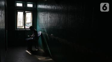 Warga melihat ponsel di Rusun Cilincing, Jakarta Utara, Selasa (29/10/2019). Menurut keterangan  warga rusun tersebut dibangun oleh Pelindo pada tahun 1996, rusun tersebut memiliki 4 Blok dalam satu blok terdapat kurang lebih 189 KK. (Liputan6.com/Herman Zakharia)