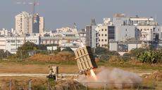 Sebuah rudal meluncur dari sistem pertahanan iron dome saat menghalau roket dari Jalur Gaza di Kota Ashdod, Israel, Selasa (12/11/2019). Tewasnya komandan Jihad Islam Baha Abu Al-Ata memicu serangan balasan dari militan Palestina di Gaza. (Jack Guez/AFP)