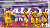 Pemain Barcelona merayakan gol Arturo Vidal saat melawan Real Valldolid (AFP)