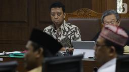Terdakwa dugaan suap jual-beli jabatan di lingkungan Kemenag, M Romahurmuziy (kiri) menyimak keterangan saksi saat sidang lanjutan di Pengadilan Tipikor, Jakarta, Rabu (16/10/2019). Sidang mendengar keterangan saksi-saksi. (Liputan6.com/Helmi Fithriansyah)