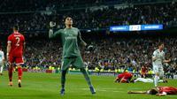 Kiper Real Madrid, Keylor Navas merayakan kemenangannya usai melawan Bayern Munchen dalam pertandingan semifinal Liga Champions di stadion Santiago Bernabeu, Spanyol (1/5). (AP/Paul White)