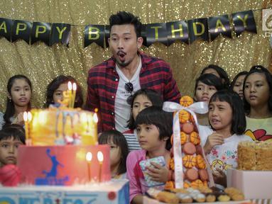 Aktor Denny Sumargo meniup lilin bersama anak-anak saat merayakan ulang tahunnya yang ke-37 di Panti Asuhan Dorkas, Jakarta, Kamis (11/10). Perayaan ini merupakan kejutan dari calon istrinya, Dita Soedarjo. (Liputan6.com/Faizal Fanani)
