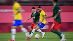 Pada awal babak pertama, Brasil langsung bermain agresif dan mampu mendominasi pertandingan hingga 70 persen. Sayangnya, pertahanan solid Meksiko menyulitkan tim Samba untuk mencetak gol. (Foto: AFP/Pedro Pardo)