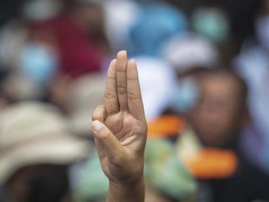 Pengunjuk rasa antipemerintah memberi penghormatan tiga jari sebagai simbol perlawanan saat berbaris dari Monumen Demokrasi ke rumah pemerintah di Bangkok, Thailand, Rabu (14/10/2020). Pengunjuk rasa berkumpul untuk rapat umum yang direncanakan di Monumen Demokrasi Bangkok. (AP Photo/Sakchai Lalit)