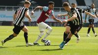 Jesse Lingard saat dikeroyok pemain Newcastle United pada laga lanjutan Liga Inggris 2020/2021, Sabtu (18/04/2021). (DAVE ROGERS / POOL / AFP)