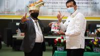 Kepala Perpustakaan Nasional RI Muhammad Syarif Bando bersama dengan Walikota Pekanbaru Firdaus usai penandatanganan nota kesepahaman di bidang perpustakaan antara Perpusnas dengan Pemerintah Kota Pekanbaru. (Liputan6.com/ Ist)