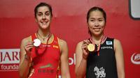 Tunggal putri Thailand, Ratchanok Intanon (kanan), berhasil menjuarai Daihatsu Indonesia Masters 2020 setelah mengalahkan Carolina Marin (kiri) dengan skor 21-19, 11-21, 21-18 di Istora Senayan, Minggu (19/1/2020). (AFP/ADEK BERRY)