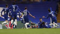 Para pemain Chelsea merayakan gol kedua ke gawang Real Madrid yang dicetak gelandang Mason Mount (tengah) dalam laga leg kedua semifinal Liga Champions 2020/2021 di Stamford Bridge, London, Rabu (5/5/2021). Chelsea menang 2-0 atas Real Madrid. (AP/Alastair Grant)