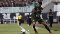 Gelandang Tira Persikabo, Ciro Alves, mengontrol bola saat menghadapi Kalteng Putra pada laga Shopee Liga 1 di Stadion Pakansari, Bogor, Jumat (26/7). Tira Persikabo menang 5-2 atas Kalteng. (Bola.com/Yoppy Renato)