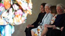 Ratu Elizabeth II duduk di sebelah Ratu Fashion, Anna Wintour menyaksikan pagelaran London Fashion Week 2018, Selasa (20/2). Kunjungan pertama Ratu Elizabeth di pekan mode tersebut dilakukan mendukung industri fashion negaranya (Yui Mok/Pool photo via AP)