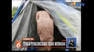 Korban banjir Pekanbaru, Riau, keluhkan tenda pengungsian yang tidak memadai.