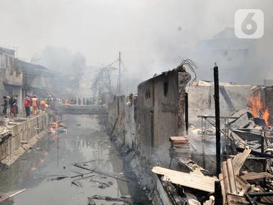 Suasana saat api melahap permukiman warga di Jalan Kebon Jeruk 13, Taman Sari, Jakarta Barat, Minggu (6/10/2019). Kebakaran menghanguskan puluhan rumah di dua kelurahan, Taman Sari dan Mapar. (merdeka.com/Iqbal Nugroho)