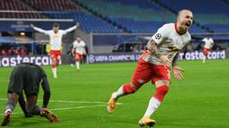 Bek RB Leipzig, Angelino, melakukan selebrasi usai mencetak gol pertama RB Leipzig ke gawang Manchester United dalam laga lanjutan Liga Champions 2020/21 Grup H di RB Arena, Leipzig, Selasa (8/12/2020). RB Leipzig menang 3-2. (AFP/Annegret Hilse/Pool)