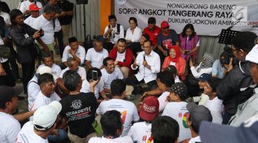 Menteri Perhubungan Budi Karya Sumadi berbincang dengan para sopir angkot saat nongkrong bareng di Tangerang, Banten, Sabtu (26/1). Budi mendengar banyak masukan dari para sopir angkot tentang permasalahan yang mereka alami. (Liputan6.com/Angga Yuniar)