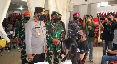 Kapolda Sulut Irjen Pol Nana Sudjana saat memantau program vaksinasi di kampus Unsrat Manado.