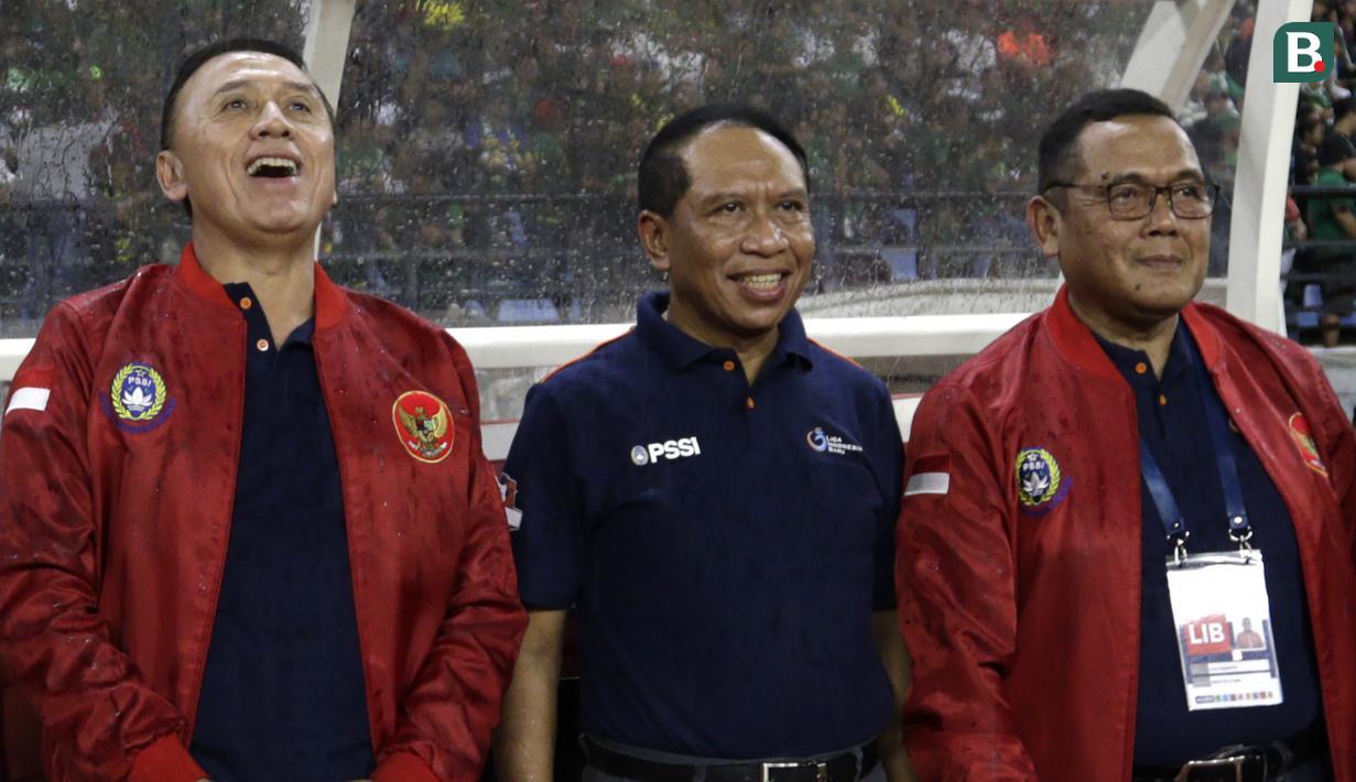 Menpora, Zainuddin Amali, bersama Ketum PSSI, Mochammad Iriawan dan Dirut LIB, Cucu Sumantri saat pembukaan Shopee Liga 1 2020 di Stadion Gelora Bung Tomo, Surabaya, Sabtu (29/2). Sebanyak 18 klub akan berlaga dalam kompetisi kasta tertinggi di Indonesia ini.(Bola.com/Yoppy Renato)