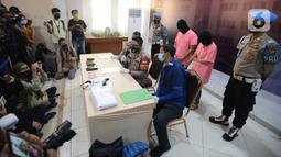 Polisi merilis kasus muncikari dari prostitusi online artis di Polres Metro Jakarta Utara, Jumat (27/11/2020). Polres Metro Jakut menetapkan dua muncikari berinisial AR dan CA sebagai tersangka kasus prostitusi online yang melibatkan dua artis yakni ST dan SH alias MY. (merdeka.com/Imam Buhori)