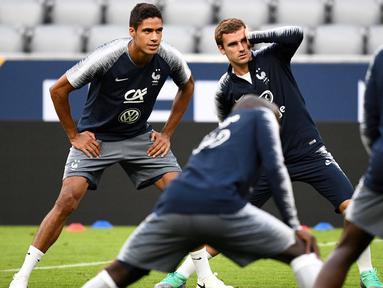 Pemain Prancis, Antoine Griezmann dan Raphael Varane saat melakukan sesi latihan jelang laga UEFA Nations League di Munich, Jerman, Rabu (5/9/2018). Prancis akan berhadapan dengan Jerman. (AFP/Franck Fife)