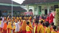 Markas Kodim 0702/Purbalingga diserbu anak-anak MI Panaruban di HUT ke-73 TNI. (Foto: Liputan6.com/KODIM 0702/Muhamad Ridlo)