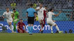 Gol bunuh diri pertama terjadi di laga pembuka Euro 2020 tepatnya di Grup A saat Turki menghadapi Italia (12/6/2021). Bek Turki asal Juventus, Merih Demiral melakukan gol bunuh diri pada menit ke-53 yang membuat Italia unggul 1-0. Hasil akhir, Turki kalah 0-3. (Foto: AP/Pool/Alessandra Tarantino)