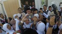 Saat jemaah calon haji mengerubungi Menteri Agama Lukman Hakim Saifuddin. (MCH Indonesia)
