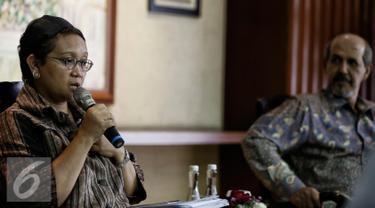 Menteri Luar Negeri Indonesia Retno Marsudi (kiri) menjelaskan saat diskusi di Gedung Kementerian Luar Negeri, Jakarta, Jumat. (4/2/2016). Dalam diskusi dengan wartawan tersebut, memberikan info update terkini terkait OKI. (Liputan6.com/Faizal Fanani)