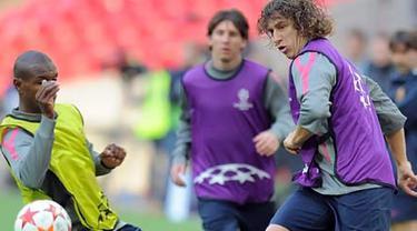 Kapten Barcelona Carles Puyol (kanan) menjajal lapangan Wembley Stadium dalam sesi latihan, 27 Mei 2011, sehari jelang partai final Liga Champions kontra MU. AFP PHOTO/LLUIS GENE