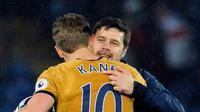 Harry Kane memeluk pelatih Mauricio Pochettino usai pertandingan melawan Leicester City pada pertandingan Liga Inggris di King Power Stadium, Leicester (18/5). Harry Kane mencetak empat gol di pertandingan ini. (AP Photo/Rui Vieira)