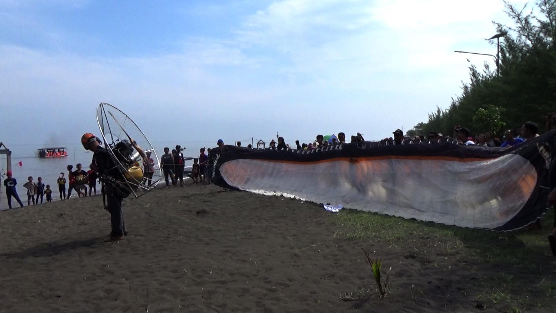 Pantai Duta di Probolinggo, Jawa Timur, memiliki pesona daya ikat tersendiri bagi para wisatawan atau pegiat olahraga ekstrem paralayang. (Liputan6.com/Dian Kurniawan)