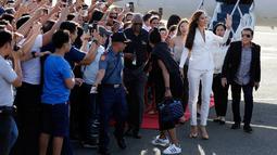 Miss Universe 2018 Catriona Grey melambaikan tangan saat tiba di Manila, Filipina, Rabu (19/12). Wanita keturunan Skotlandia-Filipina itu tiba dengan menggunakan jet pribadi. (AP Photo/Aaron Favila)