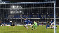 Ilkay Gundogan saat mencetak gol ke gawang Everton pada perempat final Piala FA 2020/2021, Minggu (21/03/2021) dini hari WIB.  (PAUL ELLIS / POOL / AFP)