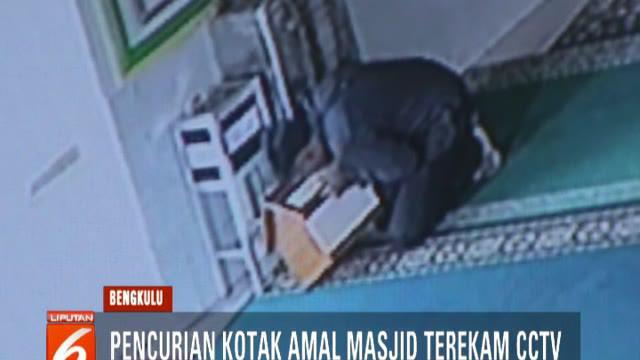 Aksi pencurian terjadi sekitar pukul 09.00 pagi saat masjid dalam kondisi sepi. Modus pelaku dengan berpura-pura salat lalu saat tidak ada jemaah pelaku langsung beraksi.