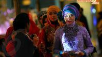 Dalam rangka memperingati Hari Kartini ke 135, Darmawangsa Square bekerjasama dengan Asosiasi dan Komunitas Perempuan di Jakarta mengadakan parade ratusan kebaya. (Liputan6.com/Miftahul Hayat)