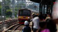 Penumpang menunggu KRL di Stasiun Manggarai, Jakarta, Selasa (28/3). Perubahan rute tersebut direncanakan berlaku mulai 1 April besok. Perubahan ini untuk mengurai kepadatan yang sering terjadi di Stasiun Manggarai. (Liputan6.com/Faizal Fanani)