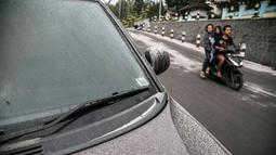 Sebuah mobil tertutup abu dari letusan Gunung Merapi di Yogyakarta, Indonesia, Senin, (21/5). Gunung berapi ini memuntahkan asap dan abu Senin pagi dalam beberapa letusan terakhir dalam waktu kurang dari dua minggu. (AP Photo/Ombak Samudra)